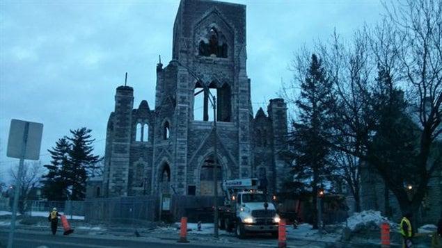 Les ouvriers s'affairent � d�molir les ruines de l'�glise Saint-Paul dans le secteur d'Aylmer.
