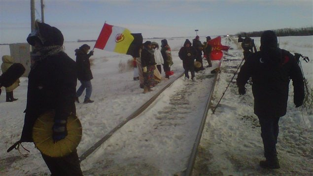 Des manifestants du mouvement Idle No More prennent position sur les rails d&#39;un chemin de fer du Canadien National au Manitoba, le 16 janvier 2013.