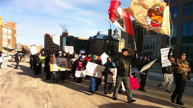 Des membres de la Première Nation Berens River au Manitoba, défilent le long de la rue Colony au centre-ville de Winnipeg, le 16 janvier 2013.