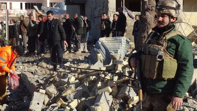 Des Irakiens inspectent les lieux d'un attentat à la voiture piégée survenu à Kirkouk, à 240 km au nord de Bagdad.
