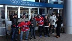 Des mordus du Canadiens de Montréal font la queue pour mettre la main sur un des billets gratuits pour assister au match intra-équipe.