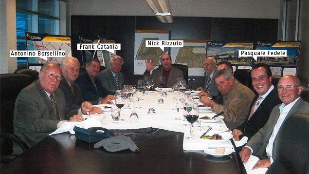 Selon l'enquêteur Eric Vecchio, cette réunion a vraisemblablement eu lieu dans une salle de conférence chez F. Catania Construction. La photo a été saisie dans l'ordinateur de Pasquale Fedele.