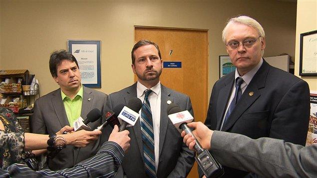 Le ministre de l'Environnement, Yves-François Blanchet, le ministre des Régions, Gaétan Lelièvre et le maire de Gaspé (Archives)