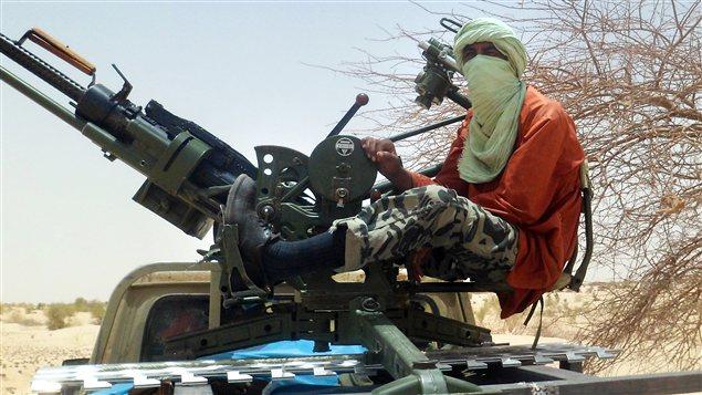 Un rebelle ismlamiste opère une batterie antiaérienne près de Tombouctou.