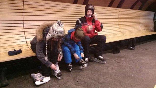 Guy Potvin et ses deux petits-enfants, Ariane et Alex, sont parmi les premiers à se lancer sur la patinoire du canal cet hiver.