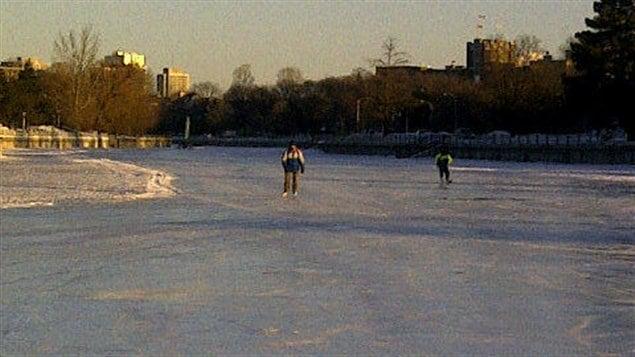Des patineurs bravent le froid sur le canal Rideau.