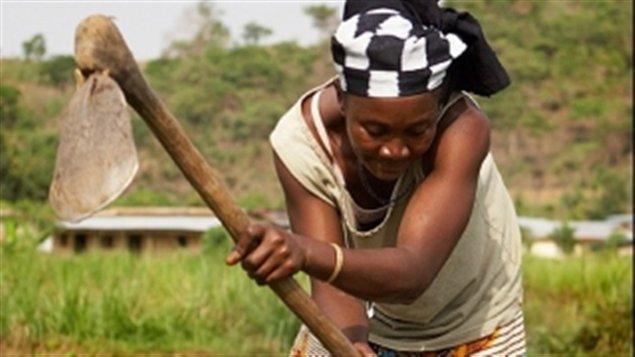 Une femme travaille la terre.