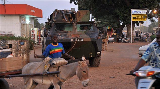 Des soldats français patrouillent à Markala, au Mali.