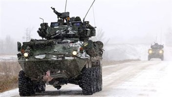 Un véhicule blindé des Forces armées canadiennes