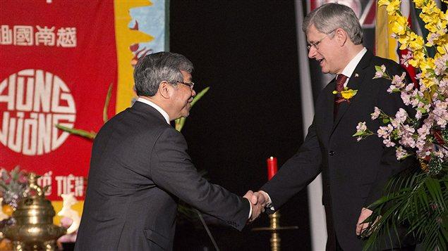 Stephen Harper salue le sénateur Thanh Hai Ngo lors du Nouvel An vietnamien