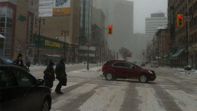 Des passants traversent la rue à Winnipeg