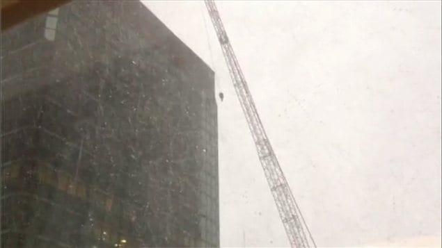 Le poids de la grue est déplacé par le vent et va fracasser un édifice du centre-ville de Montréal.