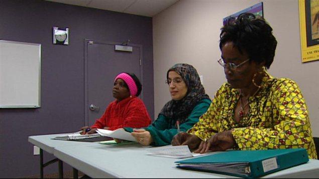 Des étudiantes assistent à un cours de formation en éducation à la petite enfance, dans une salle de l'Acceuil francophone à Winnipeg, en janvier 2013.