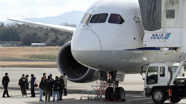 Des enquêteurs inspectent une Boeing 787 de la compagnie All Nippon Airways au Japon.