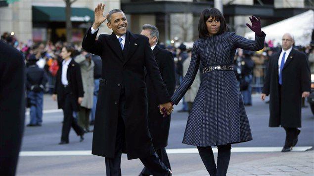 Barack Obama et son épouse Michelle saluent la foule lors du défilé présidentiel sur l'avenue Pennsylvania à Washington.