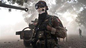 Un légionnaire français arborant un masque frappé d'une tête de mort.