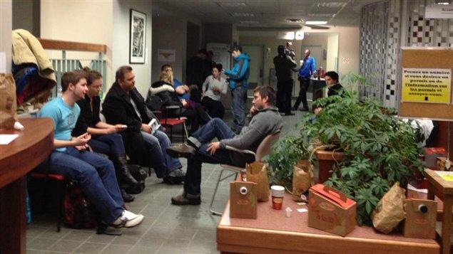 Une quinzaine de personnes ont passé la nuit à l'hôtel de ville de Rouyn-Noranda pour acheter un terrain.