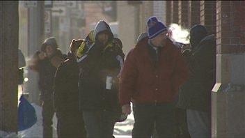 Des sans-abri tentent de se réchauffer aux abords d'un refuge.