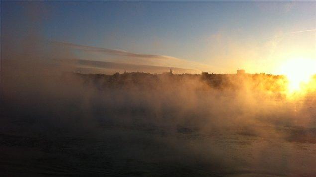 De la fumée de mer s'est formée sur le fleuve en raison du temps froid.