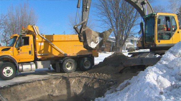 travaux d'excavation à la suite de la rupture d'un tuyau gelé, l'hiver