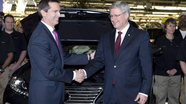 Le premier ministre du Canada, Stephen Harper (à droite), en compagnie de son homologue ontarien, Dalton Mcguinty