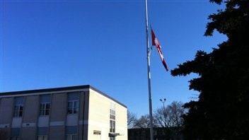 Un drapeau en berne à l'école Winston Chruchill que fréquentait le petit Kesean Williams.