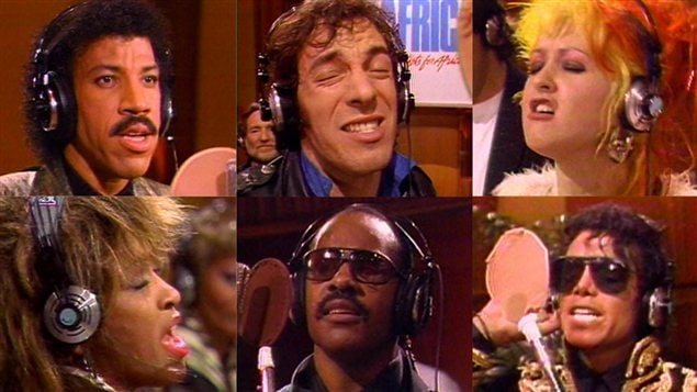 Lionel Ritchie, Bruce Springsteen, Cindy Lauper, Tina Turner, Stevie Wonder et Michael Jackson lors de l'enregistrement de <em>We are the world</em>