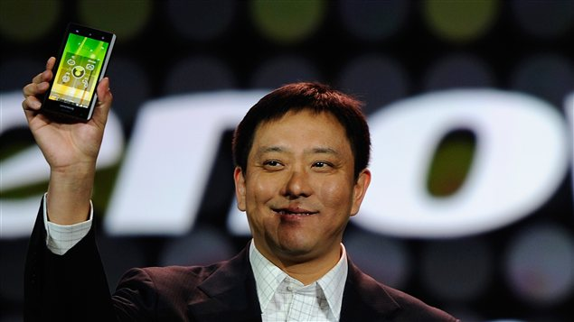Le premier vice-prsident de Lenovo, Liu Jun, montre le nouveau tlphone intelligent fabriqu par sa compagnie  l&#39;International Consumer Electronic Show,  Las Vegas, en 2012.