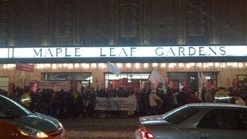 Des dizaines de manifestants devant l'ancien Maple Leaf Gardens vendredi soir.