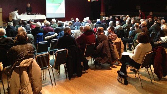 Une centaine de retraités d'Abitibi-Bowater (Produits forestiers Résolu) se sont réunis à Amos pour une séance d'information de la RRQ.