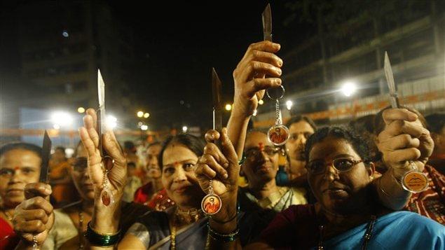 Des femmes de Mumbai exhibent fièrement le couteau qu'elles ont reçu de Shiv Sena.