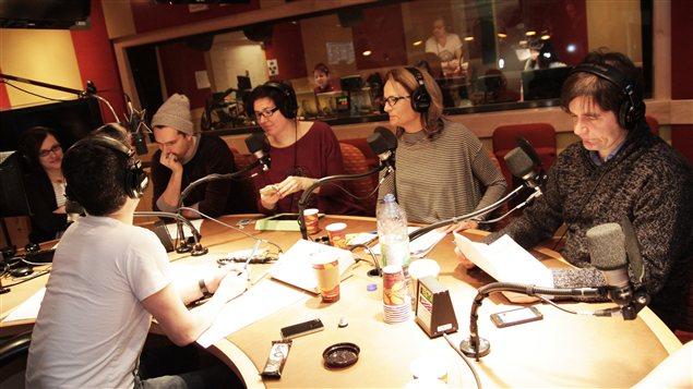 Autour de la table : Chlo� Sondervorst, Fabien Loszach, Nadia Seracoio, Anne Darche et Martin Lessard | � Radio-Canada / Philippe Couture