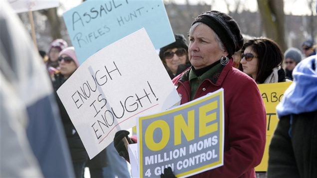Une manifestante prend part à un rassemblement pour un contrôle plus strict des armes à feu