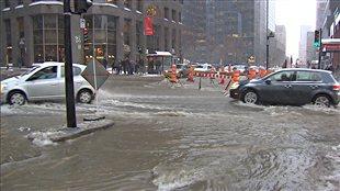 Des voitures lors d'une importante inondation à Montréal en 2013.