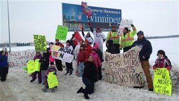Ces jeunes ont marché les 200 kilomètres qui séparent leurs réserves de Winnipeg pour participer à un rassemblement du mouvement Idle No More, le 28 janvier 2013.