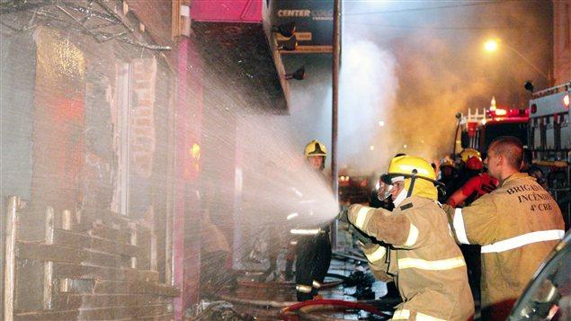 Des pompiers combattent l'incendie dans une discothèque de Santa Maria au Brésil.