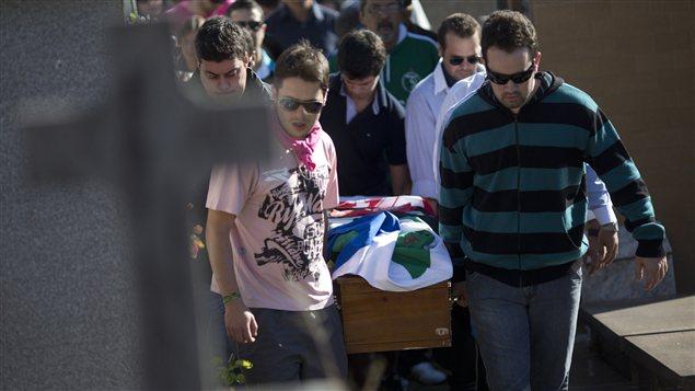 Les funérailles de Vinicius Rosado tué dans l'incendie de Santa Maria au Brésil.