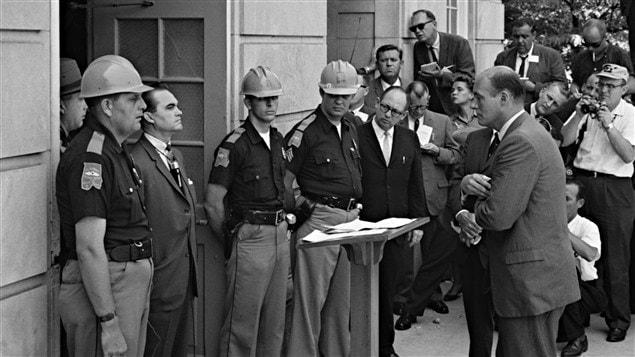 En 1963, le gouverneur de l'Alabama George Wallace, un ségrégationniste convaincu, bloque l'accès à l'Université de l'Alabama dans une tentative d'empêcher les étudiants Noirs d'y avoir accès. / © Warren K. Leffer, Library of Congress, Wikipédia