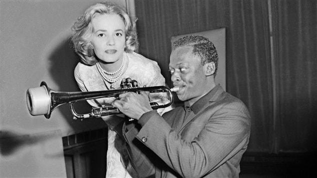 Le trompettiste Miles Davis et l'actrice Jeanne Moreau, pendant l'enregistrement d'<i>Ascenseur pour l'échafaud</i>, en 1957