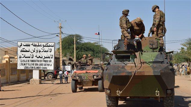 Un convoi de soldats fran�ais � Tombouctou.
