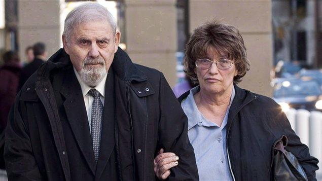 L'ancien psychiatre judiciaire Aubrey Levin, à gauche, quitte le tribunal de Calgary, le 15 octobre 2012, en compagnie de sa femme, Erica Levin.