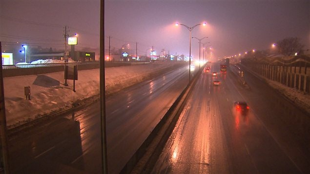 La chaussée demeure glacée dans plusieurs régions du Québec.