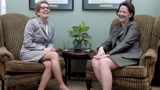Kathleen Wynne, la nouvelle première ministre de l'Ontario, avec son homologue Alison Redford de l'Alberta
