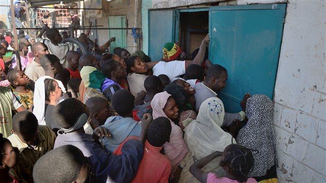 Des centaines de personnes appauvries ont pillé des magasins à Tombouctou, au Mali, le 29 janvier.
