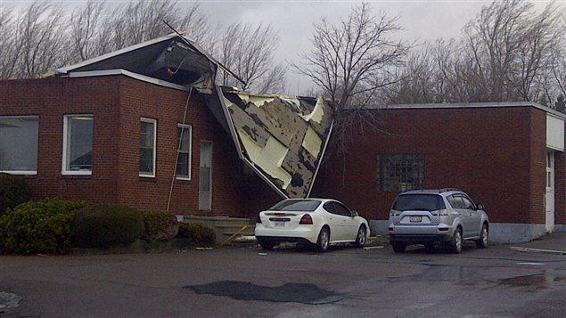 Le vent a causé d'important dommages à ce bâtiment