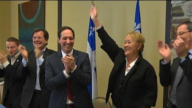 Le député Nicolas Girard est à la droite de la première ministre Pauline Marois à l'ouverture du caucus du PQ.