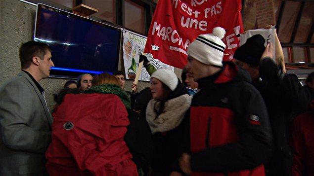 Manifestation étudiante à la rencontre préparatoire au Sommet sur l'enseignement supérieur, à Rimouski