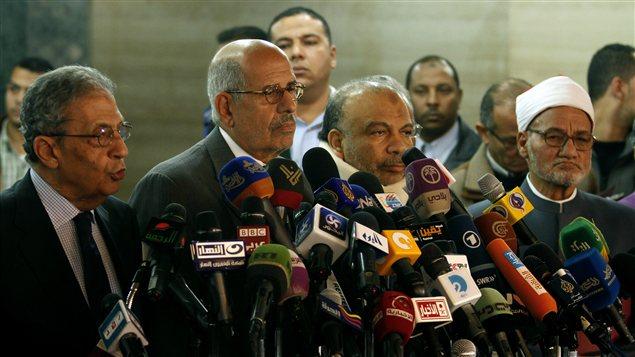 Amr Moussa et Mohamed ElBaradei, membres du FSN, Saad al-Katatni, du PLJ et l'imam d'Al-Azhar cheikh Ahmed al-Tayyeb