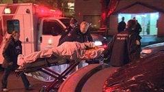 Des membres des ervices paramédicaux et d'incendie de Vancouver transportent une personne blessée au couteau dans le quartier West End de la ville, le 31 janvier 2013.