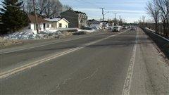 Les usagers du transport en commun doivent attendre dans la rue sur le bouldevard Maloney à Gatineau.